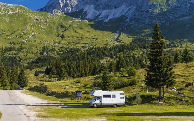 Camper Van parkt hoch in den Alpen - Wildcampen in der Schweiz