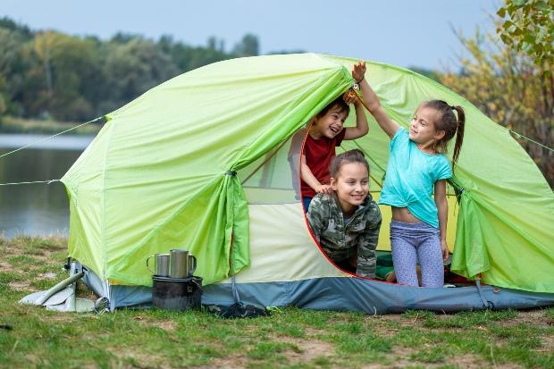 Kinder lieben das Zelten am See