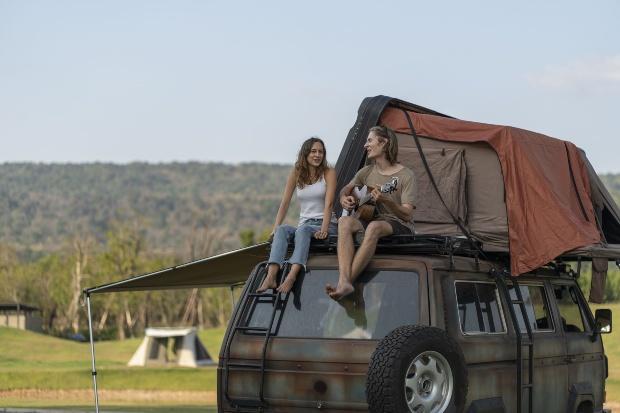 Camping Van, oben sitzen 2 junge Frauen; Faltdach als Schlafplatz