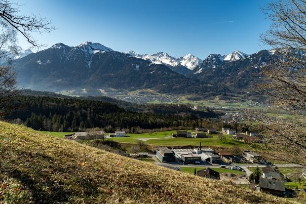 Wunderschöne Aussicht über das Tal auf die verschneiten Berge von Brand und Nenzing