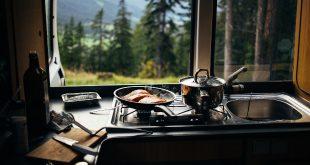 Camping Van, Aussicht von außen nach innen durch die Küche