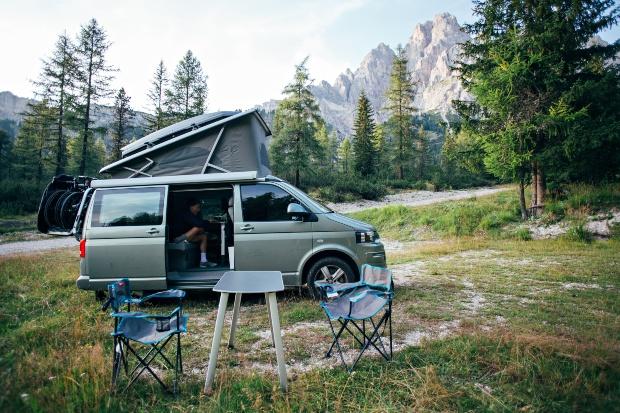Camper Van mit Schlafdach und Campingtisch - Caravantrend Mini Camper