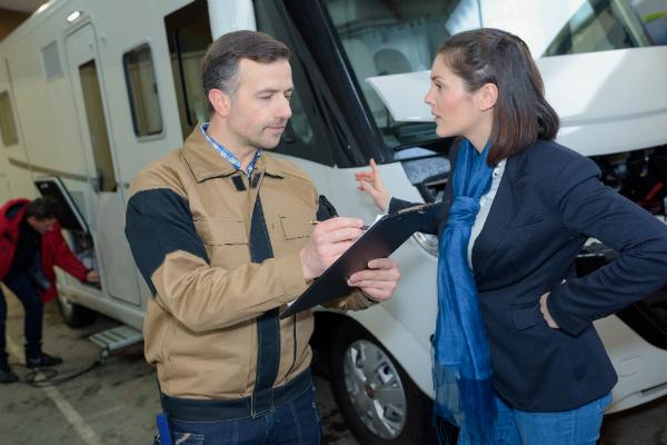 Kontrolle eines Wohnmobils durch einen Techniker - Gasleitung im Wohnwagen prüfen